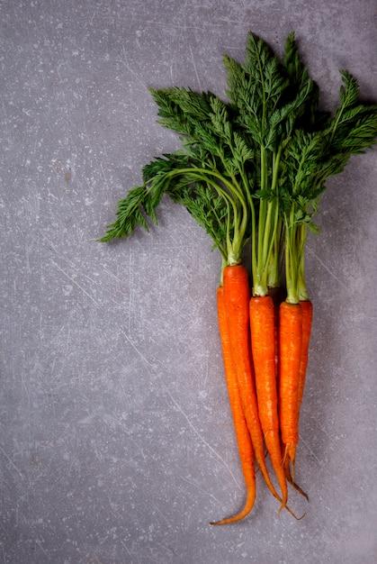 Bouquet de carottes fraîches aux feuilles vertes Photo Premium