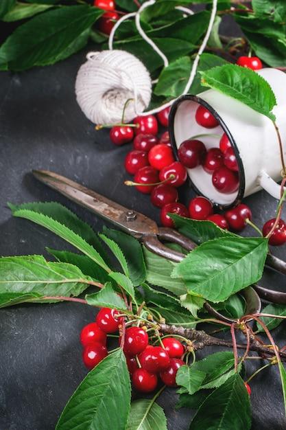 Bouquet De Cerisier Avec Des Baies Et Des Feuilles Photo Premium