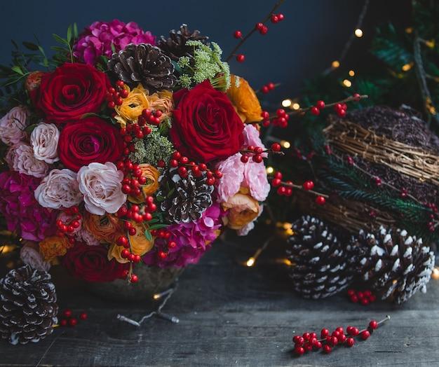 Bouquet de couleur de noël avec des lumières de noël et des ornements Photo gratuit