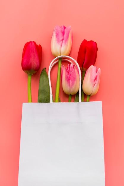 Bouquet de diverses tulipes dans un sac en papier Photo gratuit