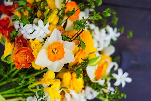 Bouquet d'été avec des fleurs jaunes et blanches vives Photo Premium