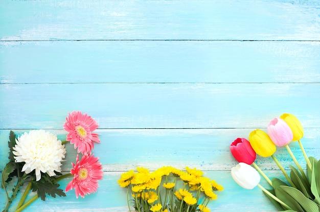 Bouquet de fleurs colorées sur fond en bois bleu Photo Premium