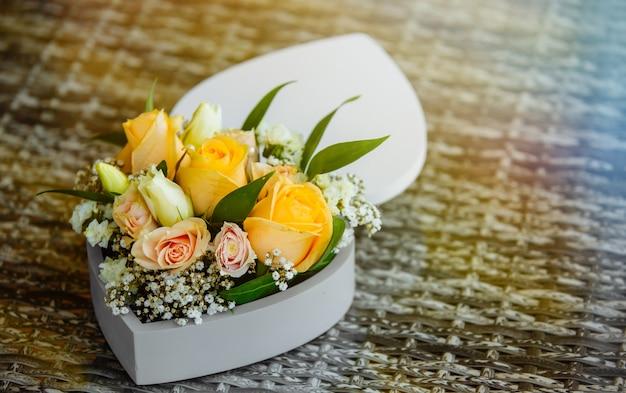 Bouquet de fleurs dans une vieille boîte rustique en bois Photo Premium