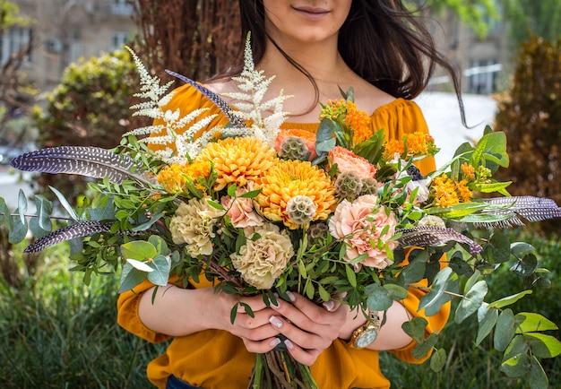 Bouquet de fleurs d'été dans les mains de la fille Photo gratuit