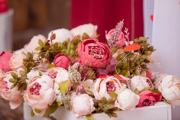 Bouquet de fleurs fond artificiel, atmosphérique Photo Premium
