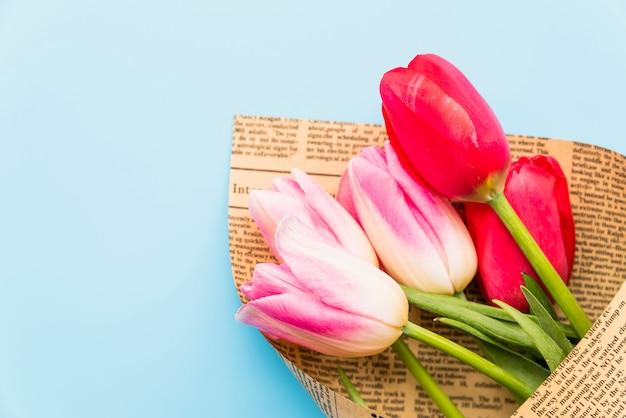 Bouquet de fleurs fraîches lumineuses en papier kraft Photo gratuit