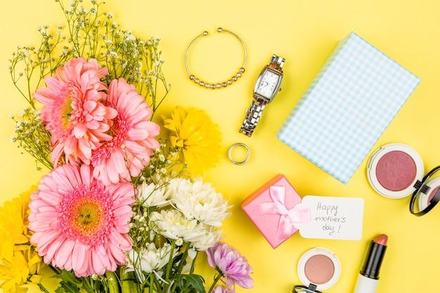 Bouquet De Fleurs Fraîches Près De Tag Avec Mots Heureux De La Fête Des Mères Sur La Boîte Présente Et Accessoires Photo gratuit