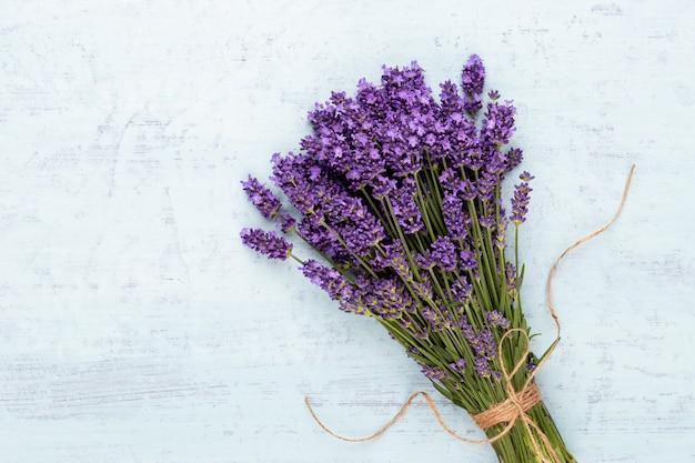 Bouquet De Fleurs De Lavande Attaché Isolé Sur Fond Blanc Photo Premium