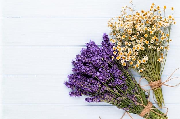 Bouquet De Fleurs De Lavande Attaché Isolé Sur Une Surface Blanche Photo Premium