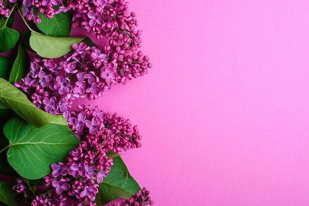 Bouquet De Fleurs Lilas Avec Des Feuilles Sur Fond Violet Minimal, Vue De Dessus Copie Espace Photo Premium