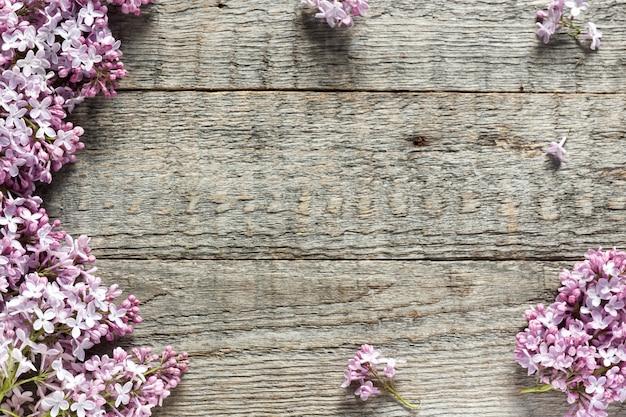 Bouquet de fleurs lilas sur fond en bois. espace de copie. Photo Premium