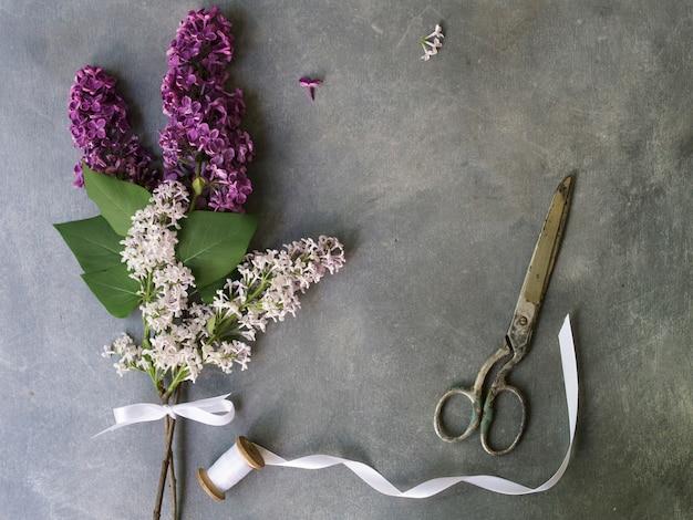 Bouquet de fleurs de lilas violettes sur fond gris. vintage floral fond. espace de copie Photo Premium