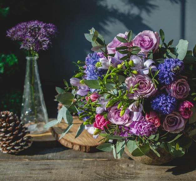 Bouquet de fleurs mixtes sur une table en bois Photo gratuit
