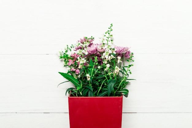 Bouquet de fleurs naturelles dans une boîte rouge Photo gratuit