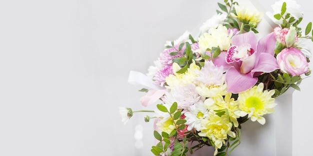 Bouquet de fleurs - orchidées et chrysanthèmes. Photo Premium