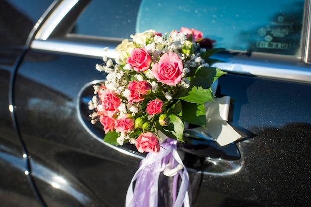 Un Bouquet De Fleurs Sur Une Portière De Voiture Photo Premium