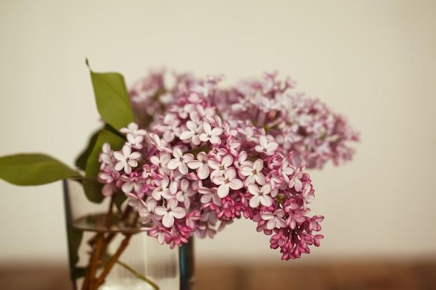 Bouquet de fleurs printanières lilas sur fond en bois. Photo Premium