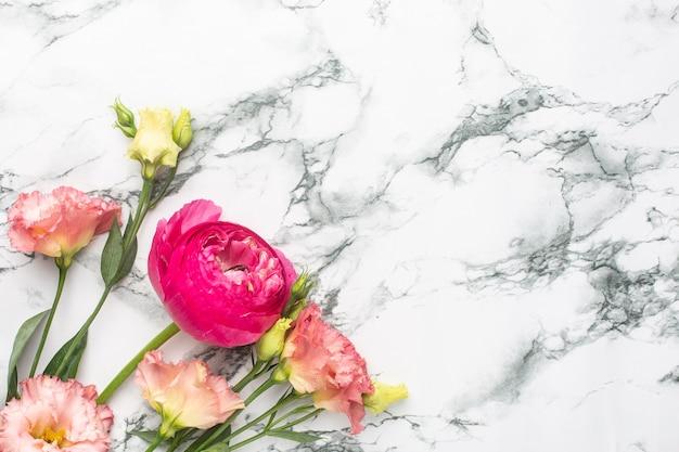 Bouquet De Fleurs Roses Renoncules Sur Fond De Marbre Avec Copyspace Photo Premium
