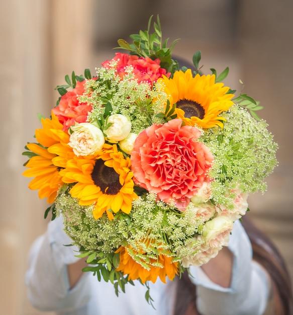 Un Bouquet De Fleurs Roses Et De Tournesols Jaunes à Feuilles Vertes Photo gratuit