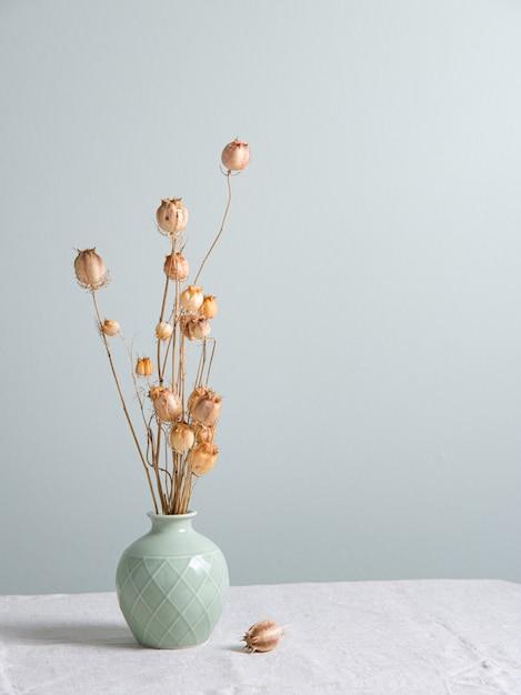 Bouquet De Fleurs Séchées De Coquelicots Dans Un Vase Vert Sur Une Nappe En Lin Sur Fond Vert Clair. Vue De Face Et Espace De Copie Photo Premium