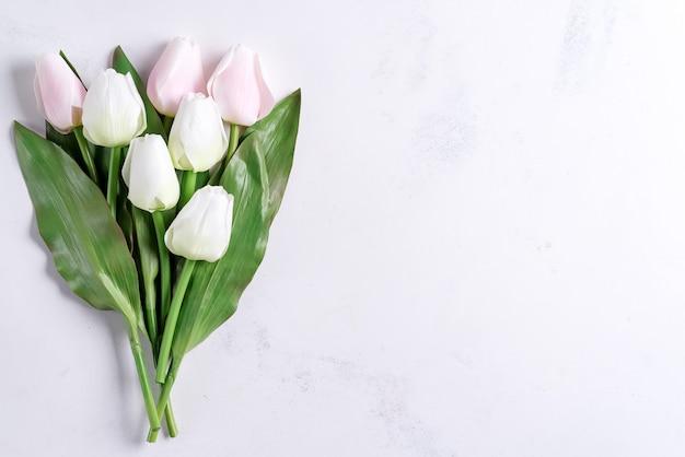 Bouquet De Fleurs De Tulipe Pastel De Printemps Sur Fond De Pierre, à Plat Avec Copie Espace Photo Premium