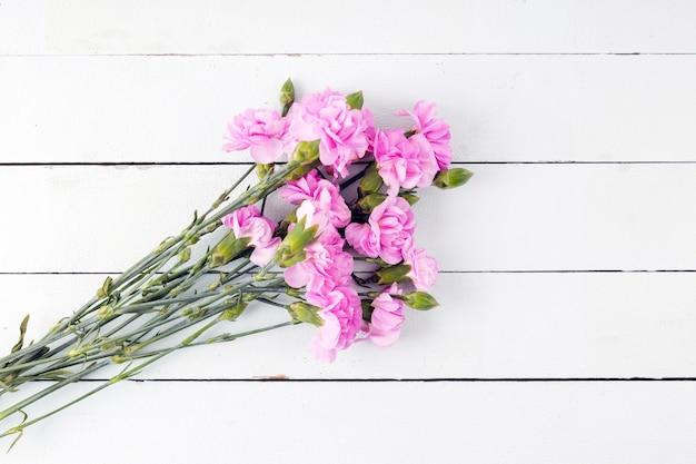 Bouquet de fleurs vue de dessus sur fond en bois Photo gratuit