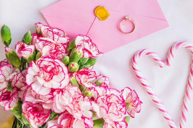 Bouquet de grandes fleurs avec alliance Photo gratuit