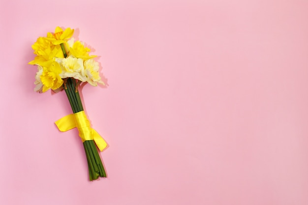 Bouquet de jonquilles sur fond rose Photo Premium