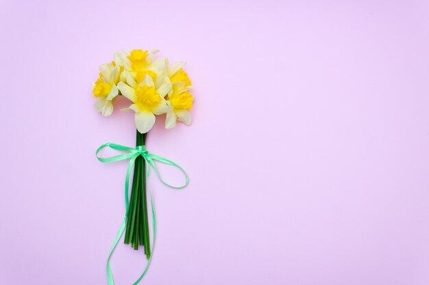 Bouquet de jonquilles jaunes, cadeau de printemps / fond Photo Premium
