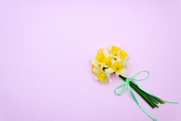 Bouquet de jonquilles jaunes, cadeau de printemps Photo Premium