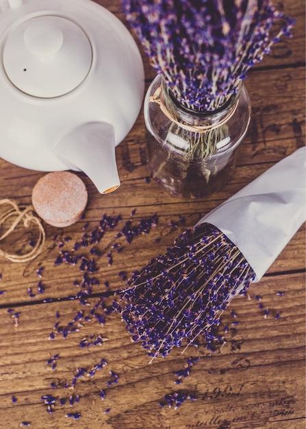 Bouquet De Lavande Coupée à Sec Et Théière Sur Table En Bois. Vue De Dessus. Photo Premium