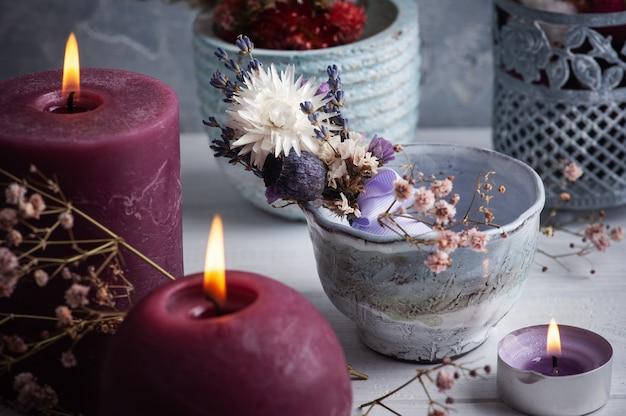Bouquet De Lavande De Fleurs Séchées Dans Un Vase Sur Une Table En Bois Blanc Et Des Bougies Allumées. Pour Les Voeux, Invitations, Cartes D'anniversaire Photo Premium