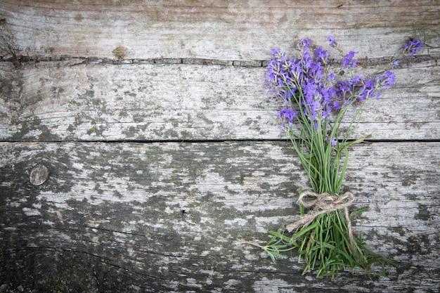 Bouquet de lavande sur la vieille table rustique Photo Premium