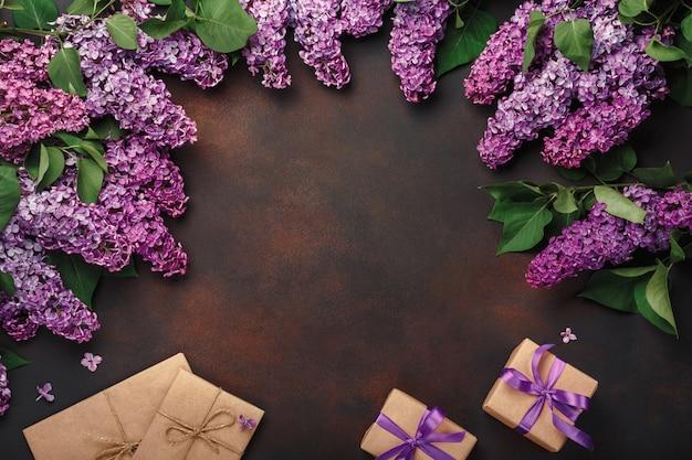 Un Bouquet De Lilas Avec Boîte-cadeau, Enveloppe De Bricolage Sur Fond Rouillé. Fête Des Mères Photo Premium