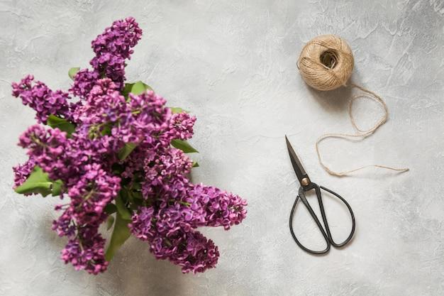 Bouquet De Lilas Violets, Ciseaux Bonsaï Et Ficelle Sur Table Vintage. Préparation Du Bouquet De Printemps. Vue De Dessus. Photo Premium