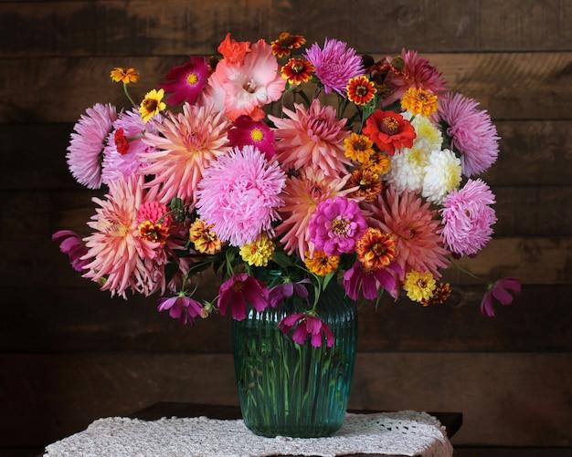 Bouquet luxuriant de fleurs de jardin en automne dans un vase ...