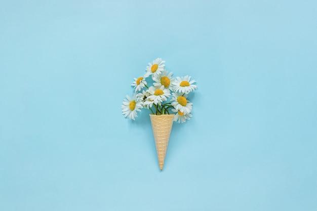 Bouquet de marguerites fleurs de camomille à la crème glacée à la gaufre Photo Premium