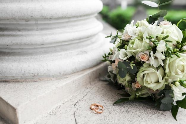 Bouquet de mariage et bagues Photo gratuit