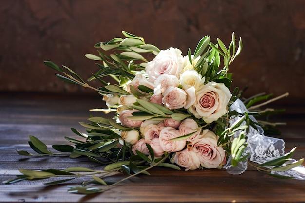 Bouquet de mariage bel été. délicates fleurs lumineuses pour la mariée Photo Premium