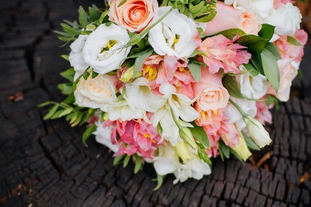 Bouquet de mariage bel été. fleurs lumineuses Photo Premium