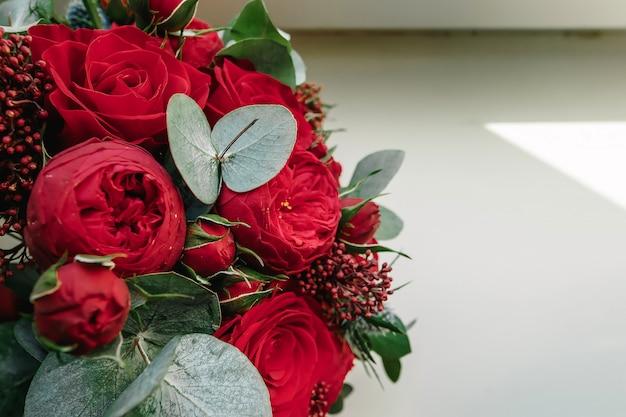 Un bouquet de mariage de roses rouges se trouve Photo Premium