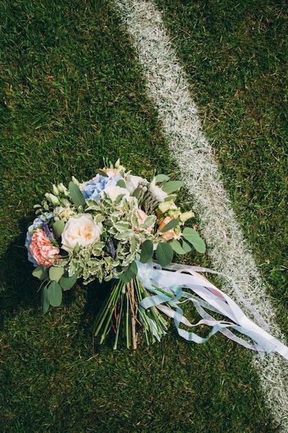 Bouquet de mariage sur le terrain de football Photo Premium
