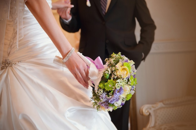 Bouquet de mariée dans la main de la mariée avec le marié Photo Premium