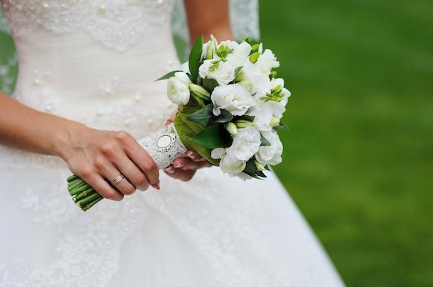Bouquet de mariée dans les mains de la mariée Photo Premium