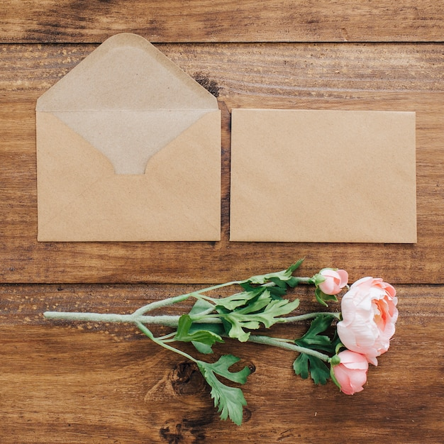 Bouquet de mariée avec des enveloppes Photo gratuit
