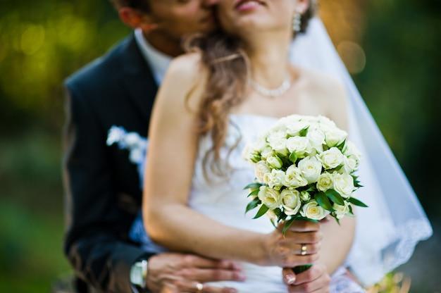 Bouquet de mariée à la main de la mariée Photo Premium
