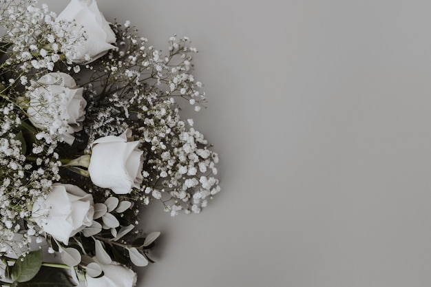 Bouquet de mariée de roses blanches avec un espace à droite Photo gratuit