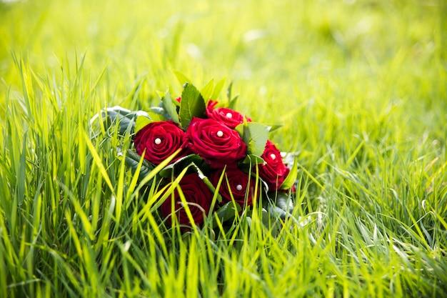 Bouquet de mariée avec des roses rouges Photo Premium