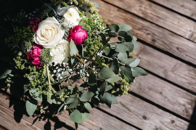 Bouquet De Mariée Se Trouve Sur Une Surface En Bois Photo gratuit