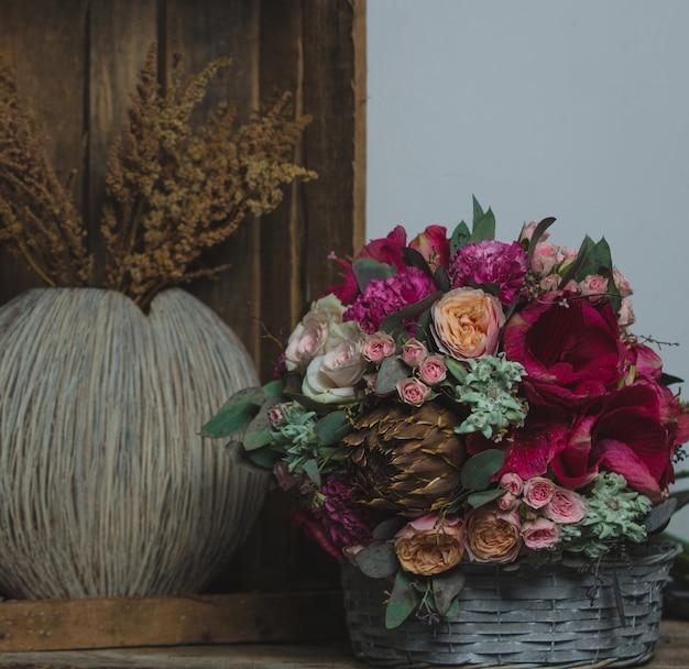 Bouquet de noel et plant de blé dans des paniers Photo gratuit